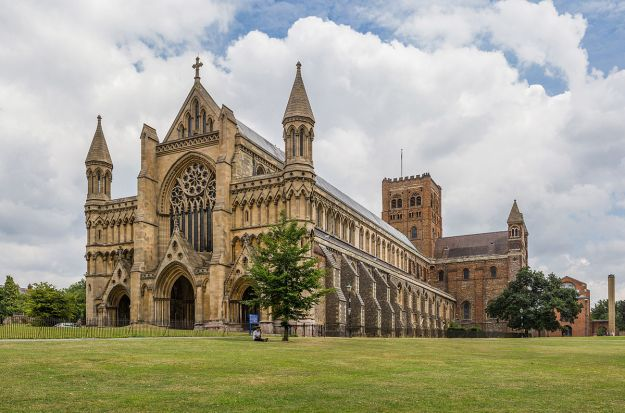 St_Albans_Cathedral_Exterior_from_west,_Herfordshire,_UK_-_Diliff